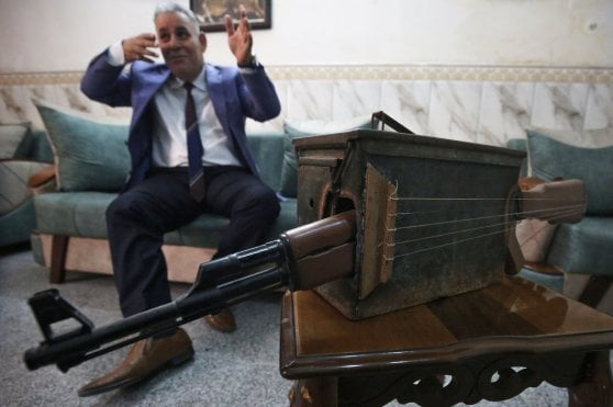 """Iraq, trasforma un kalashnikov in uno strumento musicale per dire """"no alla guerra"""""""