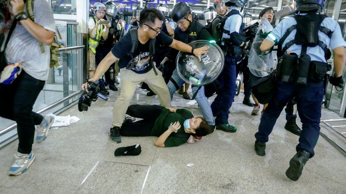 Hong Kong, scontri all'aeroporto tra manifestanti e polizia
