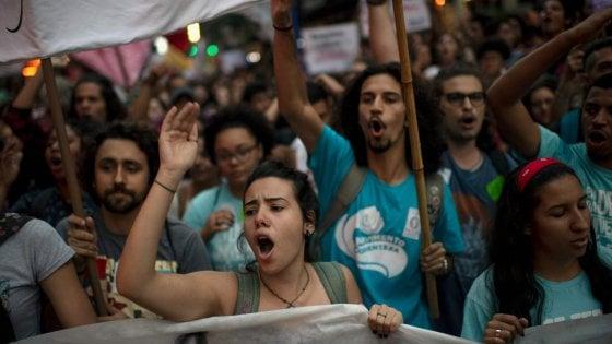 Brasile, proteste in 80 città contro Bolsonaro e contro i tagli all'istruzione