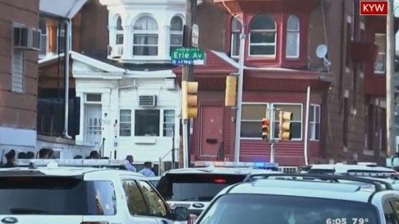 Usa, sparatoria a Philadelphia: feriti 6 poliziotti. Un uomo si è barricato in casa per ore: all'alba si è arreso