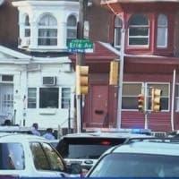 Usa, sparatoria a Philadelphia: feriti 6 poliziotti. Un uomo si è barricato in casa per...