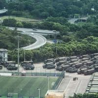 Hong Kong, blindati e soldati cinesi al confine. Trump chiede un incontro a Xi