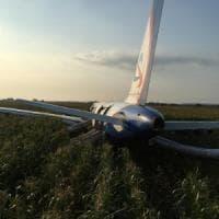 Un Airbus russo atterra in emergenza in un campo di grano dopo scontro con stormo di...