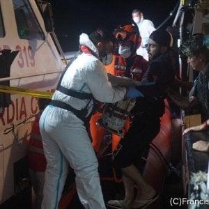 Open Arms |  altre quattro evacuazioni d' urgenza nella notte  Crisi di pianto e tensione