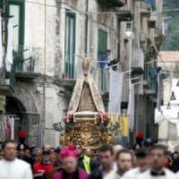 Pregiudicati tra i portatori della statua di San Rocco, parrocco annulla la processione a...