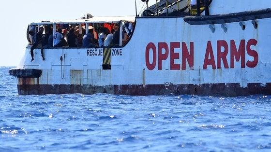 """Open Arms, Salvini cede. Le motovedette portano a terra 27 minori. Salvini: """"Otto, all'hotspot, si sono pi dichiarati maggiorenni"""""""