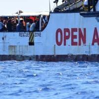 """Open Arms, Salvini cede. Le motovedette portano a terra 27 minori. Salvini: """"Otto,..."""