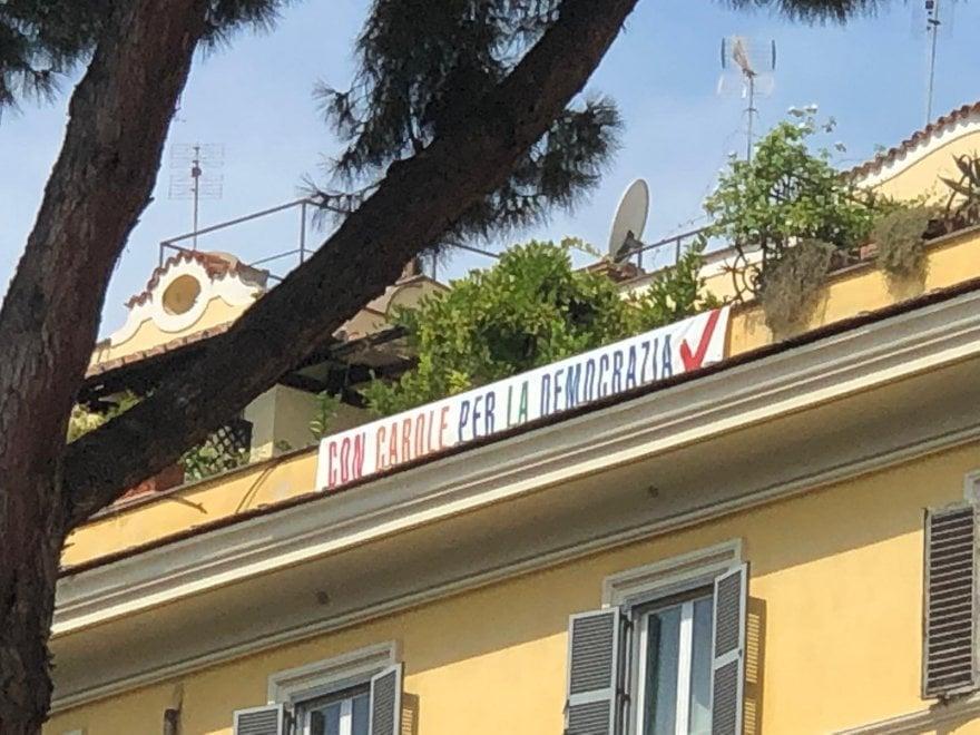 """""""Con Carole"""": lo striscione anti-Salvini appeso davanti al Viminale"""