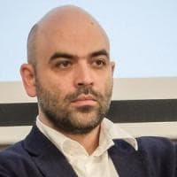 """Migranti, scontro Saviano-Salvini. Lo scrittore: """"Il suo destino è il carcere"""". E il..."""