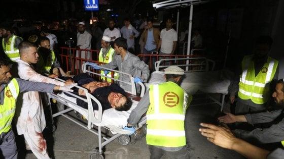Afghanistan, kamikaze a un matrimonio a Kabul: 63 morti e 182 feriti