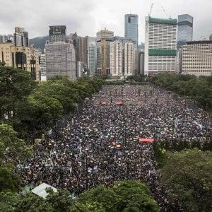 Hong Kong, migliaia in piazza a chiedere democrazia