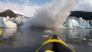 Il ghiacciaio collassa davanti ai loro occhi: l'onda sommerge i kayak