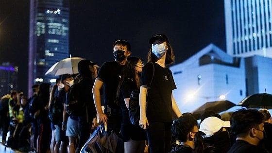 Hong Kong, la folla sfida il monsone e scende in strada pacificamente