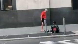 La generosità ha i piedi scalzi:runner regala scarpe a senzatetto