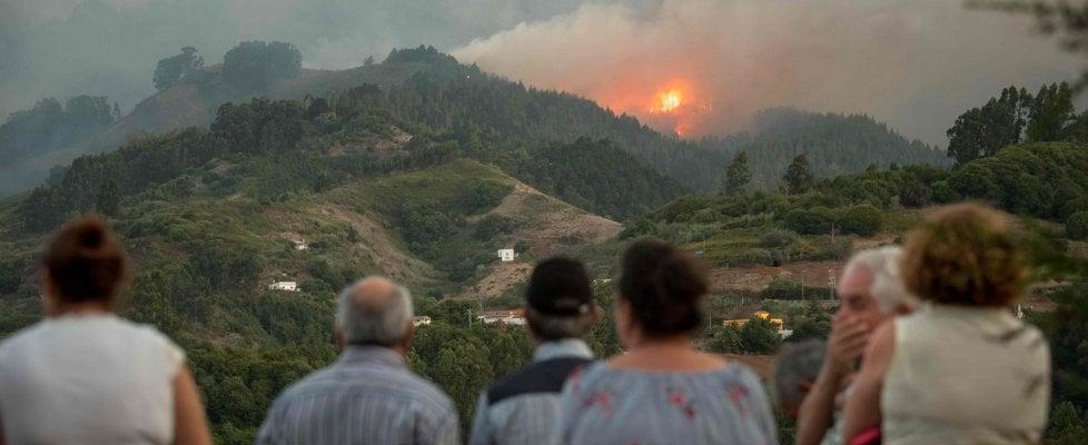 Gran Canaria devastata da un enorme incendio: 9 mila persone evacuate, distrutti 6 mila ettari di territorio