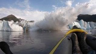 Il ghiacciaio collassa davanti a loro: l'onda sommerge i kayak