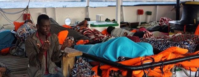 Open Arms accetta piano per trasferire i 107 migranti in Spagna. Ipotesi navi militari