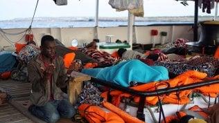 """Alarm Phone: """"Forse nuovo naufragio con cento morti"""". Open Arms, ancora scontro sul trasferimento dei 107 a bordo"""