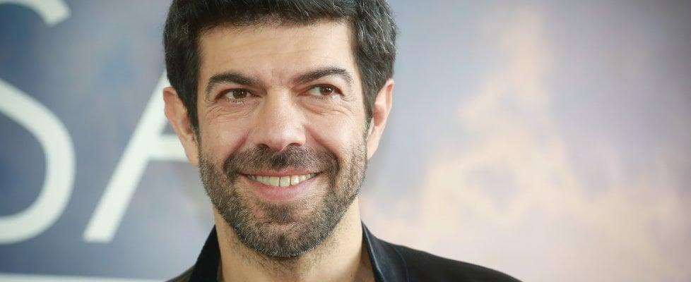 """Pierfrancesco Favino, i 50 anni di un sex symbol atipico: """"Ringrazio per la fiducia ma le donne sono pazze, si sa"""""""