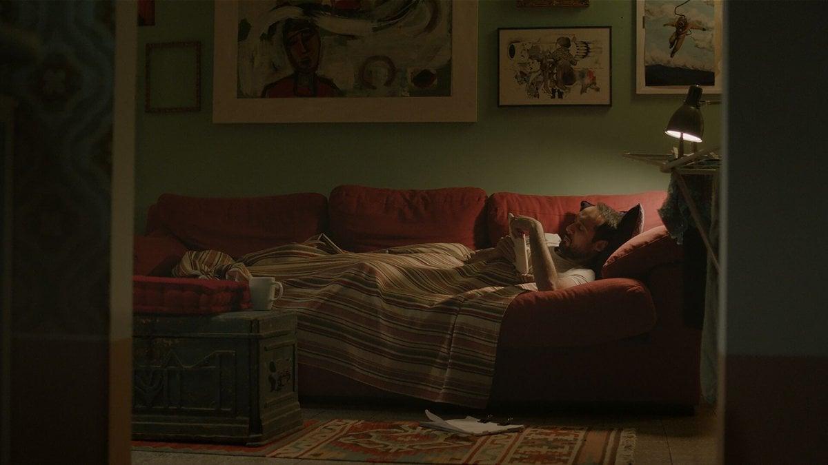 'L'ospite', i tormenti del giovane Guido e le notti sui divani degli altri