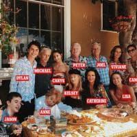 Kirk Douglas, 102 anni, e tutta la sua famiglia. Quattro generazioni in posa