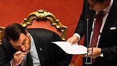 Dopo il rimprovero di Conte, Salvini bacia il crocifisso
