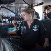 """La capitana della Sea Watch 3 Pia Klemp rifiuta la decorazione offerta da Parigi: """"Non..."""