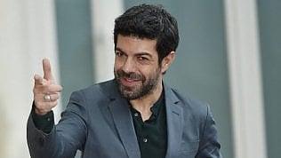 """Pierfrancesco Favino, i 50 anni di un sex symbol atipico: """"Ringrazio ma le donne sono pazze"""" · foto"""