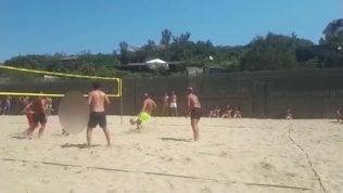 Totti gioca a beach volley e Ilary è conduttrice per la folla in spiaggia
