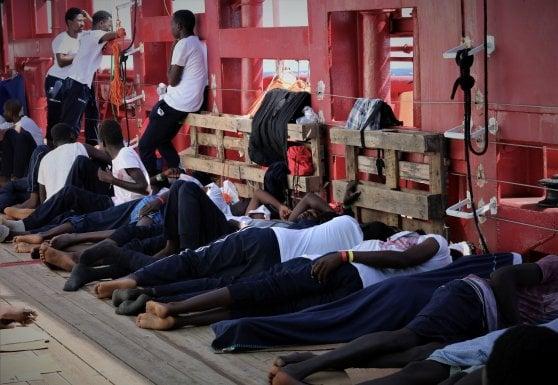 """Ocean Viking: """"Noi bloccati con 356 a bordo da 13 giorni  e altri continuano a morire"""""""