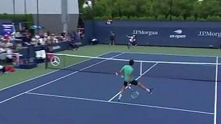 Al tennista riesce l'impossibile:volée vincente sotto le gambe