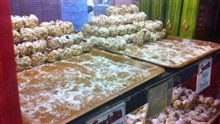 """""""Mafiosi al pistacchio"""" e """"Cosa nostra alle mandorle"""": rivolta a Taormina contro i nomi dei dolci"""