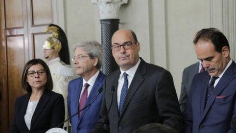 Le 3 condizioni di Zingaretti per l'alleanza fanno litigare il Pd. Ma trattativa con 5S va avanti