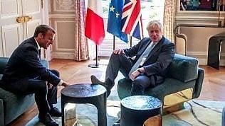 Johnson si mette comodo a casa Macron: piede destro sul tavolino