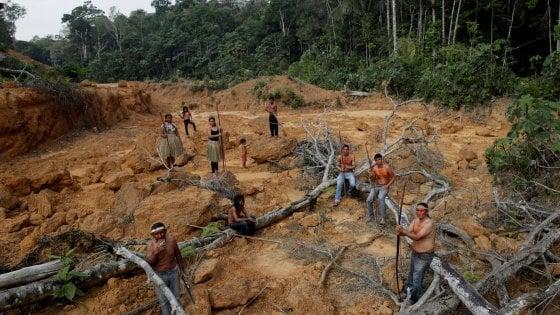 """Amazzonia, Macron: """"La nostra casa sta bruciando"""". Tutti contro Bolsonaro che invia l'esercito contro gli incendi"""