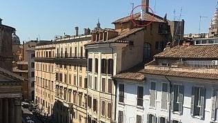 Arriva il McDonald's e installa una maxi canna fumaria: addio allo skyline della piazza del Pantheon