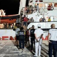 Migranti, la Audaz a Lampedusa per trasbordare 15 naufraghi della Open Arms