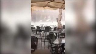 Ascoli, urla e sedie che volano via: la tempesta colpisce la piazza