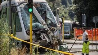 Tram si scontra con una Bmw e finisce contro palo: tre feriti foto