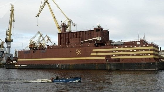 """Russia, la centrale atomica galleggiante """"naviga"""" nell'Artico"""
