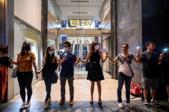 Il muro di Hong Kong: una catena umana per la democrazia
