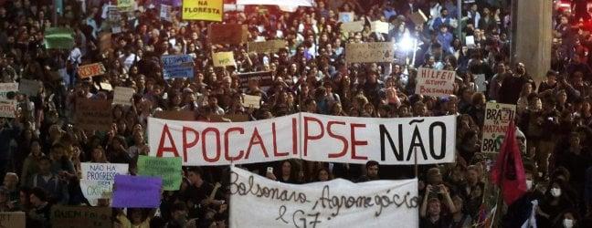 Amazzonia, Bolsonaro invia l'esercito contro gli incendi e teme le sanzioni internazionali