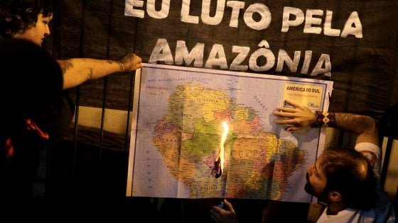 Incendi Amazzonia, Bolsonaro invia l'esercito e teme le sanzioni internazionali