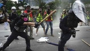 Hong Kong, nuove proteste e la polizia carica i manifestanti video