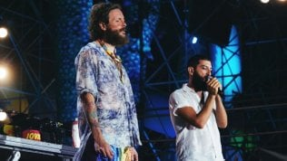 Vasco Brondi e Lorenzo Cherubini. Al Jova Beach Party l'inno all'immigrazione di Warsan Shire