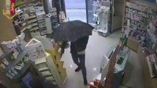 Il rapinatore con l'ombrello in azione: l'ultimo colpo gli è fatale