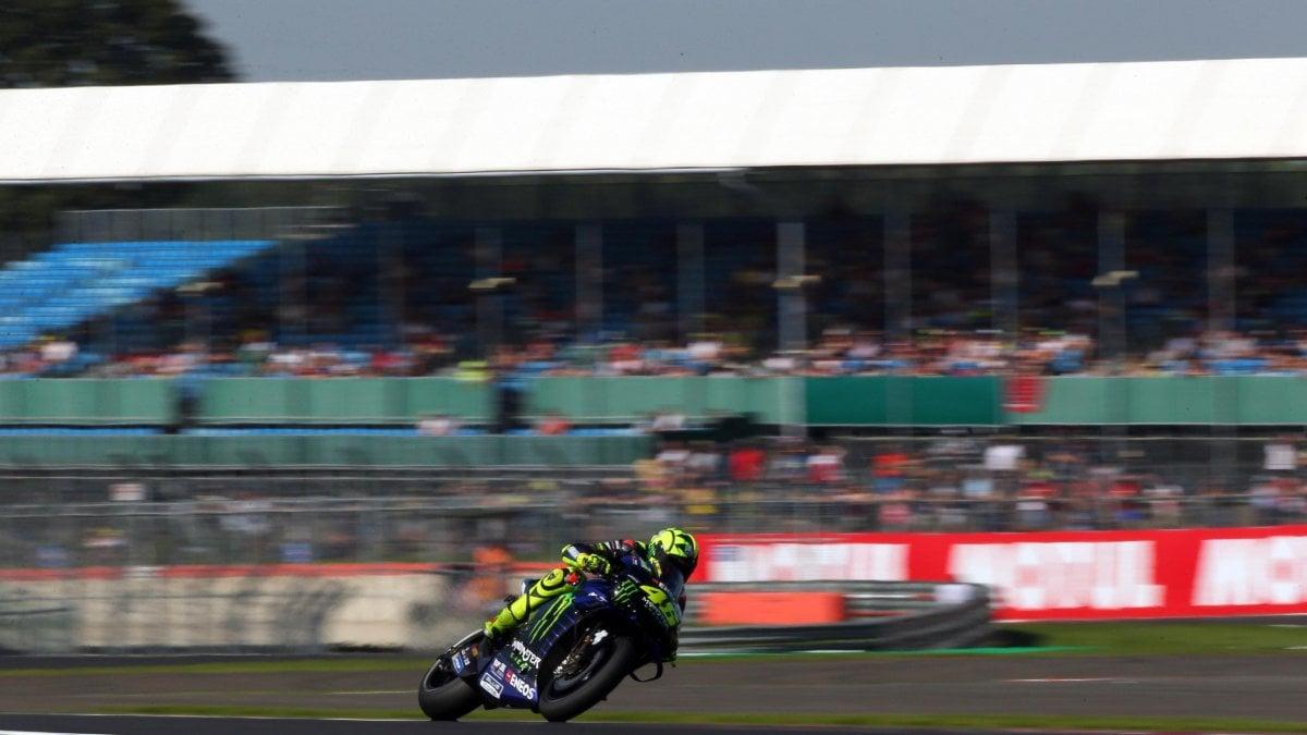 MotoGp. Silvestone: Marquez in pole. Ma Rossi torna in alto: è secondo