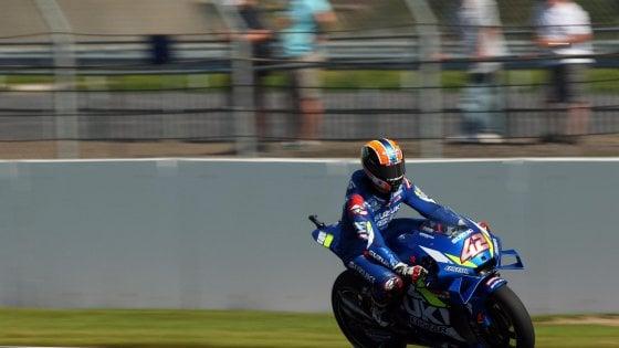 MotoGp, Silverstone: Rins beffa Marquez all'ultimo metro. Rossi è quarto. Paura per Dovizioso
