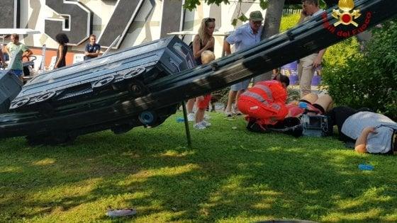 Verona, si ribalta trenino al parco divertimenti: anche due