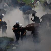 Hong Kong, polizia spara colpo di avvertimento: tra i 36 arresti degli attivisti anche un...